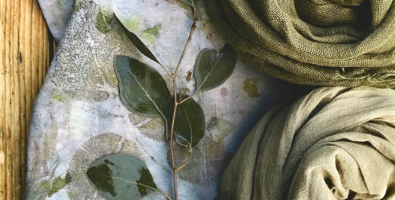 Am Tag der offenen Tür (3.7.2021) präsentiert Anette Rega pflanzengefärbte Stoffe & Textile Accessoires