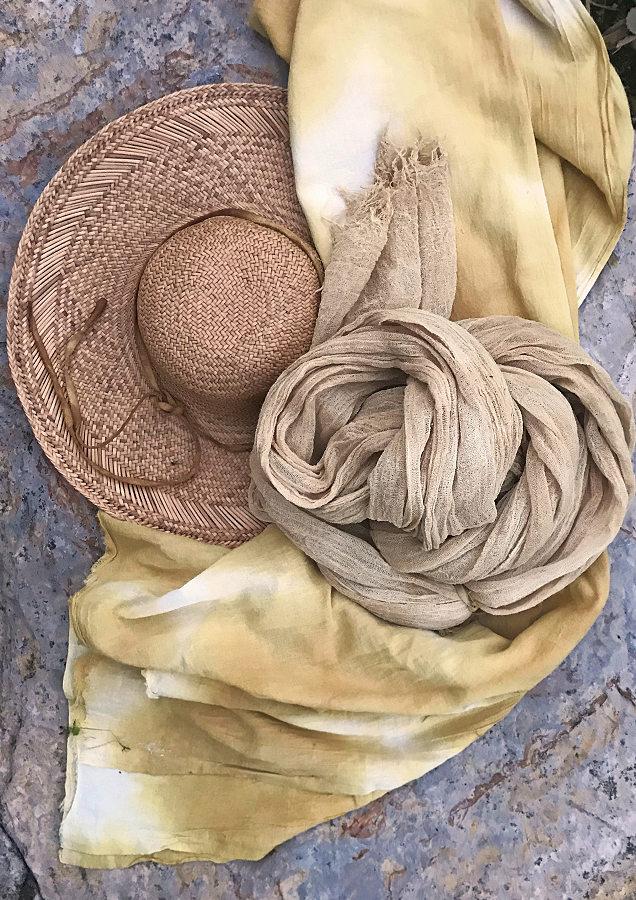 Pflanzengefärbte Stoffe & Textile Accessoires der Künstlerin und Textildesignerin Anette Rega